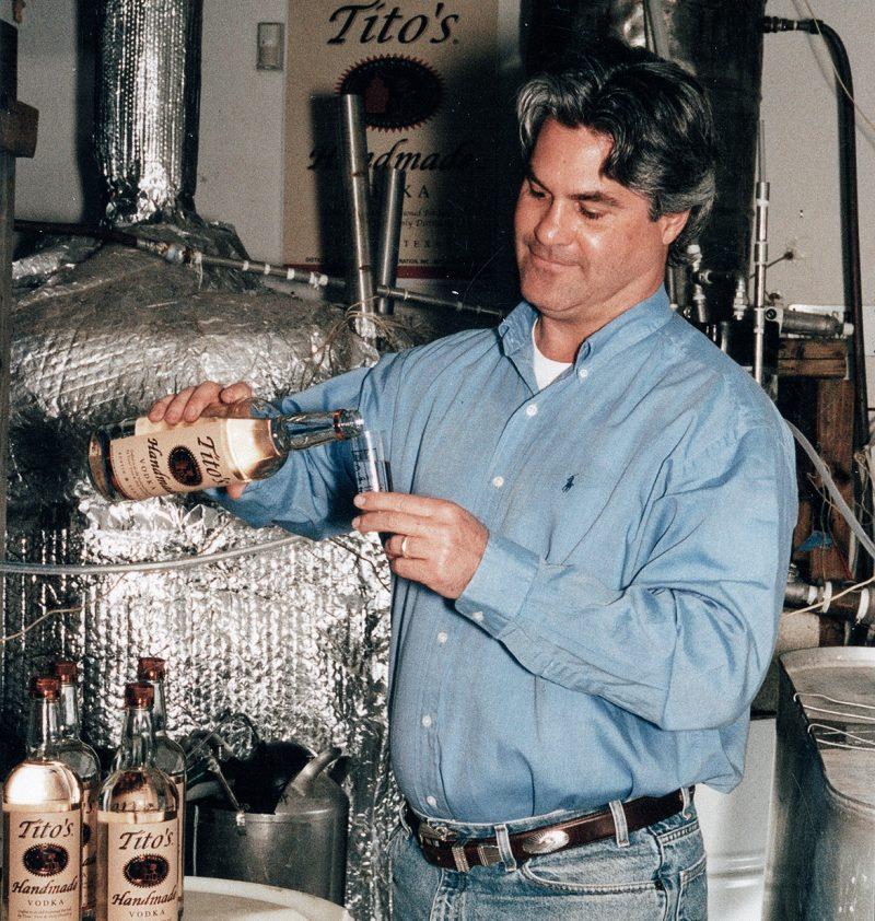 Bert Beveridge beim Abfüllen von Titos Wodka